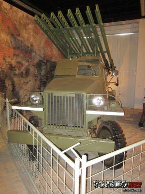 """raketomet """"Kaťuša"""" s označením BM-13 umístěný na podvozku amerického vozidla STUDEBAKER US-6"""