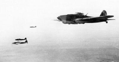 """Dvoumístné Šturmoviky patřící 7. gardovému bitevnímu leteckému pluku (dostal čestný název """"Sevastopolský"""") míří k cíli"""
