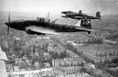Bitevní letouny Il-2 vítězné Rudé armády nad dobytým Berlínem