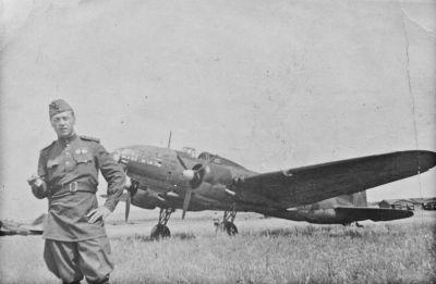 Bombardér Il-4 čeká na sovětském polním letišti na další misi
