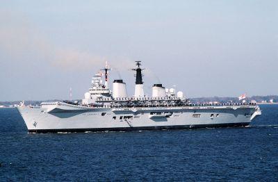 Britská letadlová loď HMS Invincible s letouny Sea Harrier a vrtulníky