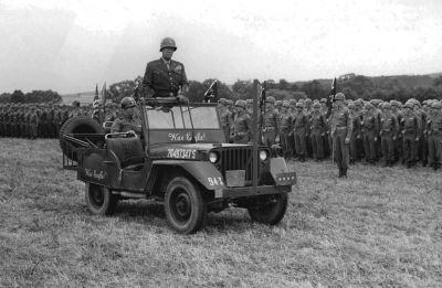 Legendární generál Patton na přehlídce ve speciálně upraveném džípu, který byl opatřen i řezačem drátů