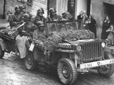 Americké vojáky v osvobozené Plzni v květnu 1945 si snad nelze představit bez automobilů Jeep s bílými hvězdami na kapotách