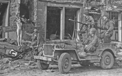 Typická válečná podoba džípu americké armády vyzbrojeného kulometem Browning M2HB ráže 12,7 mm