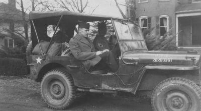 Velitelský Jeep s plachtou jako standardní vůz pro spojenecké důstojníky