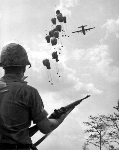Americký voják s puškou M14 na bojišti Vietnamské války