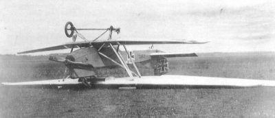 Zdánlivě strašidelný snímek havárie (způsobené defektem pneumatiky podvozku) dokazuje pevnost konstrukce Junkersu J.I