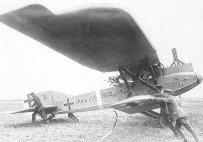 Známý propagandistický snímek ukazuje přípravu bitevního letounu Junkers J.I ke startu do další bojové akce