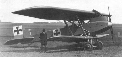 Inženýr Franz Brandenburg před letounem Junkers J.I v provedení se staršími výfuky skloněnými dozadu