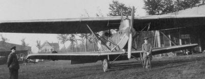 Čelní pohled ukazuje tloušťku křídel Junkersu J.I