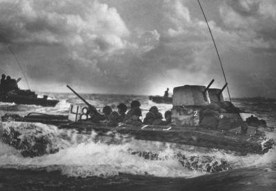Vyloďovací vozidla LVT-2 námořní pěchoty míří na ostrov Tinian