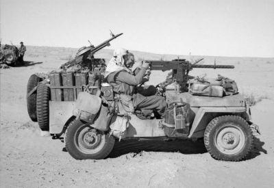 Kulomet M1919A4 na přední lafetě džípu britských speciálních jednotek v africké poušti (tzv. Long Range Desert Groups)