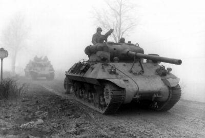 Americký stíhač tanků M36 Jackson vyzbrojený 90mm kanonem