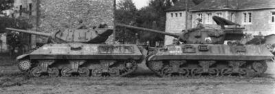 Stíhač tanků M36 Jackson (vpravo) a jeho předchůdce M10 (vlevo)