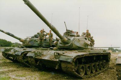 Odpočívající členové osádek dvou tanků M60 americké armády