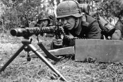 Němečtí vojáci se chystají k palbě z kulometu Mauser MG34