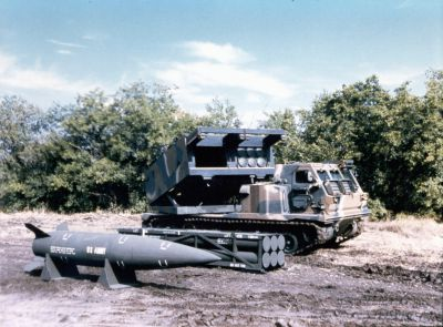 Raketomet MLRS s 227mm raketami a střelou ATACMS