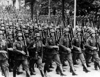 Němečtí vojáci s puškami Mauser 98k s nasazenými bajonety