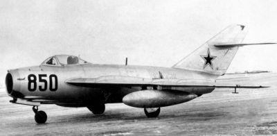 """Stíhačka MiG-17 (na snímku verze MiG-17F) v podstatě rozvíjela konstrukci legendární """"patnáctky"""""""