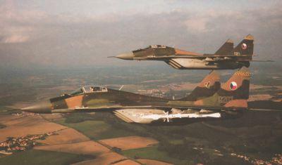 Dvojice bojových letounů MiG-29 z výzbroje československého letectva