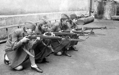 Výcvik žen v Rudé armádě s puškami Mosin-Nagant a bodáky