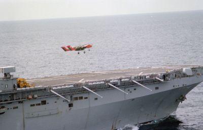 OV-10A Bronco (letka VMO-1) startuje z paluby lodi USS Nassau (LHA-4) v roce 1983.