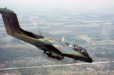 OV-10 amerického letectva odpaluje kouřovou raketu z bílého fosforu k označení pozemního cíle (1985)