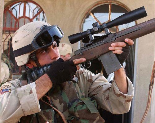 Ostrostřelec s puškou M14 v Iráku