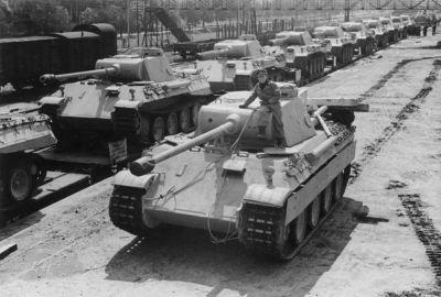Nově vyrobené tanky Panther míří do pekla východní fronty