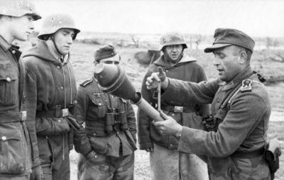Německý poddůstojník vysvětluje vojákům zacházení s Panzerfaustem