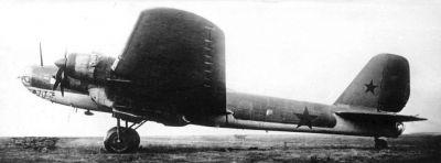 Těžký dálkový bombardér Pe-8 poháněný hvězdicovými motory AŠ-82