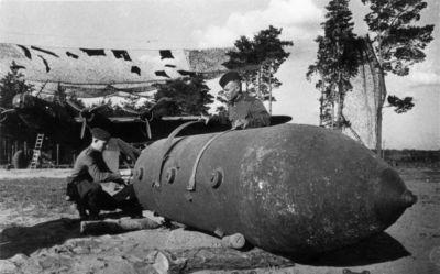 Příprava pětitunové bomby FAB-5000NG pro bombardér Pe-8