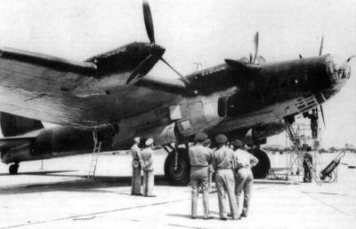 Američtí vojáci si prohlížejí bombardér Pe-8, na jehož palubě přiletěl do USA sovětský ministr zahraničí Vjačeslav Molotov