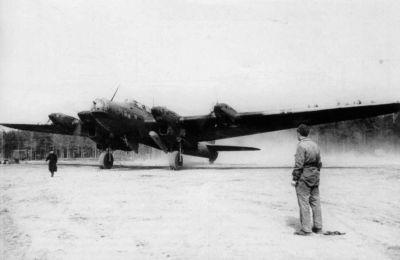 Dálkový bombardér Pe-8 při testech chemických rozprašovačů VAP-500
