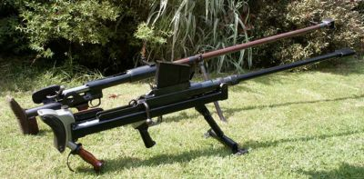 Dvě známé protitankové pušky, vpředu britská Boys, vzadu sovětská PTRD-41