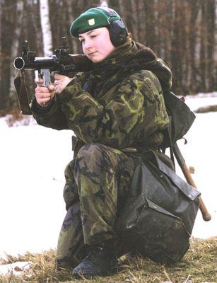 Příslušnice Armády ČR při výcviku se zbraní RPG-7V
