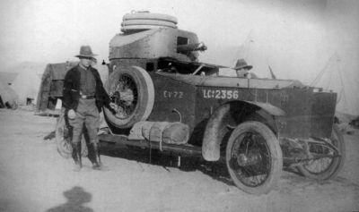 Rolls-Royce Armoured Car s osádkou australských vojáků