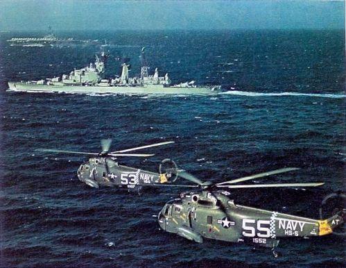 V popředí Zeven Provinciën, v pozadí USS Essex