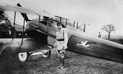 Paul-René Fonck, nejúspěšnější francouzský stíhací pilot v první světové válce, před svým letounem SPAD S.XII