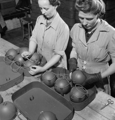 """Hromadnou výrobu """"lepivých bomb"""" zajišťovaly většinou ženy"""