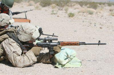 Příslušník americké námořní pěchoty při výcviku s puškou Dragunov