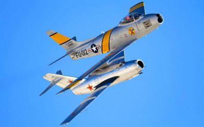 Dva slavní soupeři z 50. let, americký F-86 Sabre a sovětský MiG-15
