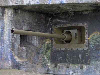 Hlaveň 85mm kanónu vz. 44/59 v bojové pozici (levá střílna srubu MJ-S 3)
