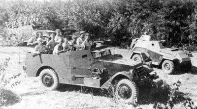 Sovětský svaz obdržel i 3340 amerických průzkumných obrněnců M3A1 Scout Car (vpravo vzadu stojí sovětský obrněný automobil BA-64)