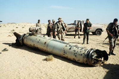 Američtí vojáci zkoumají zbytky sestřelené irácké rakety