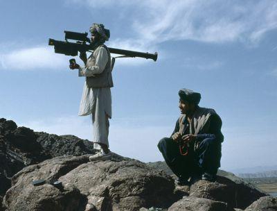 Afghánští bojovníci vyzbrojení raketou FIM-92 Stinger