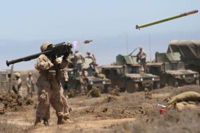 Příslušník americké námořní pěchoty odpaluje střelu FIM-92 Stinger