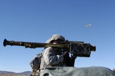Příprava k vypuštění rakety Stinger na cvičný terčový letoun