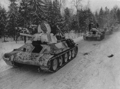 Kolona tanků T-34/76 v zimní bojové kamufláži