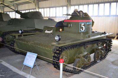 Jeden z mála zachovaných lehkých tanků T-38 je k vidění v muzeu v Kubince
